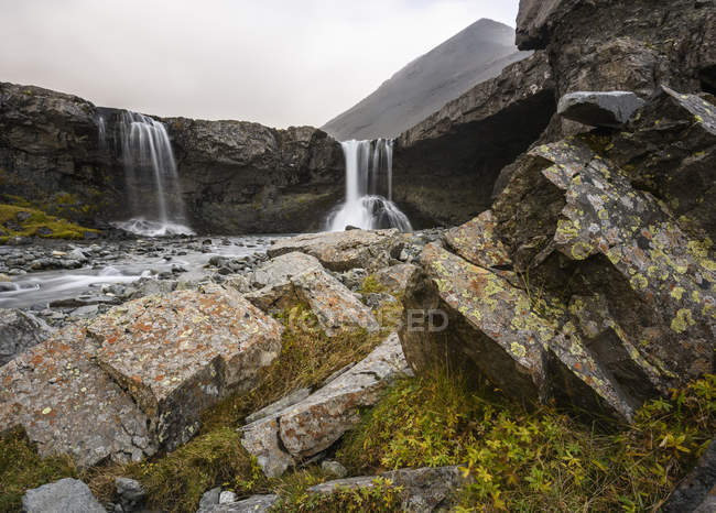 Vue grand angle des roches et des chutes d'eau qui coule — Photo de stock