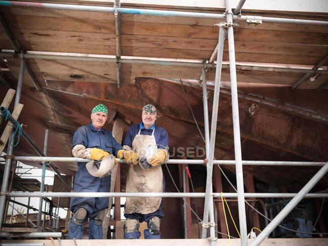 Зварювальники відпочиваємо на роботі над кораблем — стокове фото