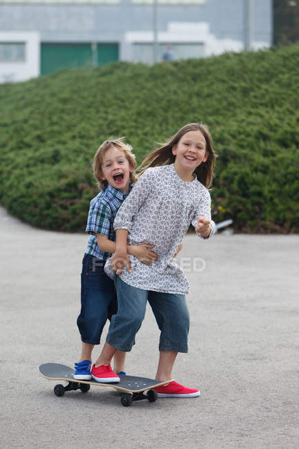 Children playing on skateboard — Stock Photo