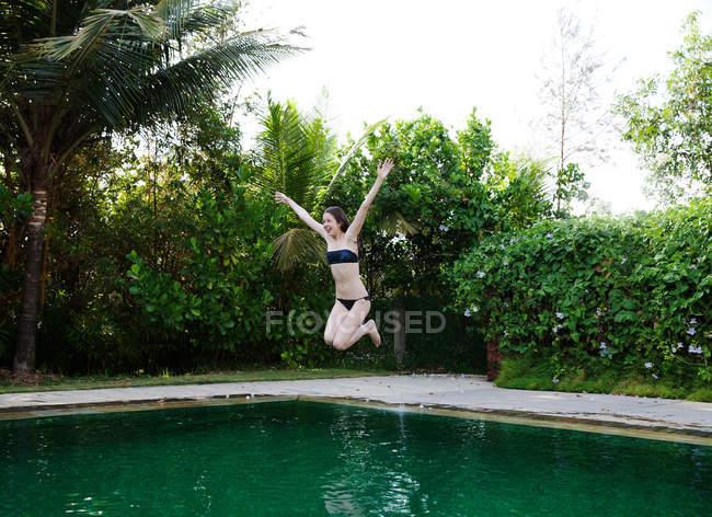 Девушка прыгает в бассейн — стоковое фото