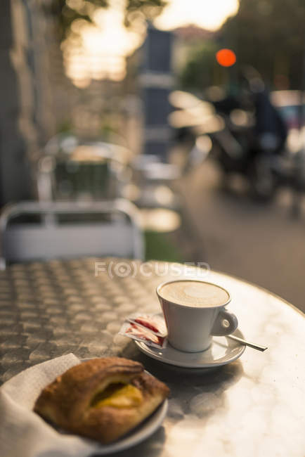 Cappuccino cup and croissant at sidewalk cafe, Milan, Lombardy, Italy — Stock Photo