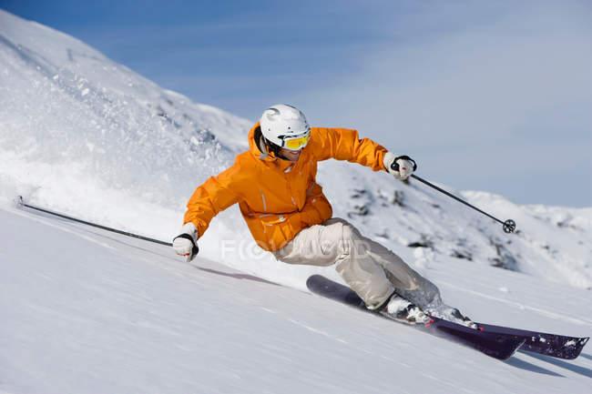 Skieur sculpture à travers la poudreuse — Photo de stock