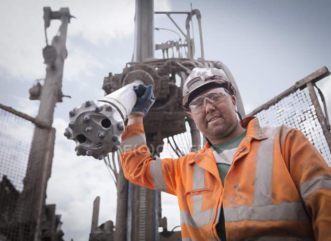 Portrait de travailleur de plate-forme de forage en casque dur et vêtements de travail — Photo de stock