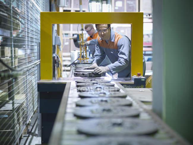 Ouvriers sur la ligne de production dans l'usine industrielle d'embrayage — Photo de stock