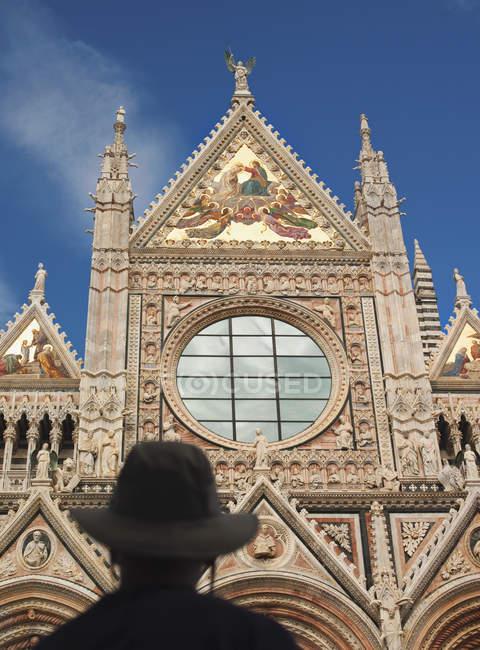 La fachada decorada de la Duomo di Siena, la Catedral de Siena, una iglesia católica en Siena, Toscana, Italia - foto de stock
