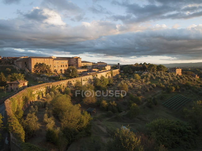 Apartment buildings and landscape on the outskirts of the medieval city of Siena, Tuscany, Italy — Stock Photo