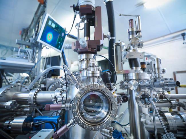 Vue de l'instrument Leed (diffraction des électrons de faible énergie) dans le laboratoire de science des matériaux — Photo de stock