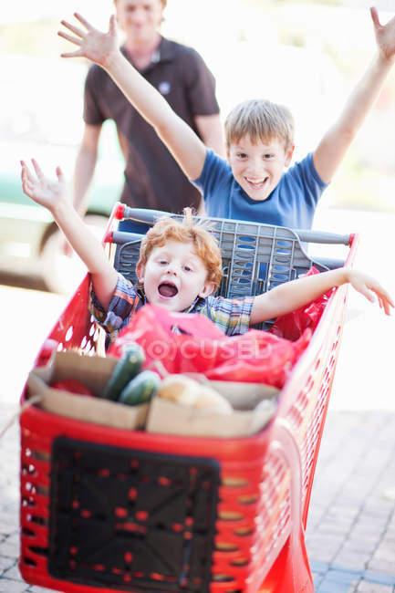 Дети играют с корзиной, сосредоточиться на переднем плане — стоковое фото