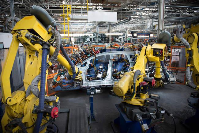 Roboter schweißen Karosserie in Autofabrik — Stockfoto
