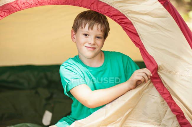 Мальчик закрыл палатку — стоковое фото