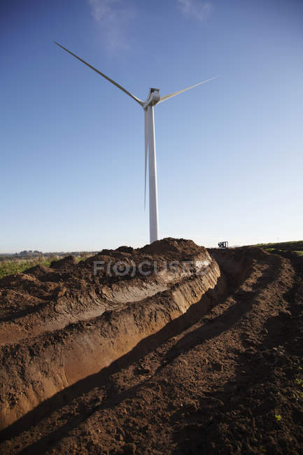 Дистанционное представление ветряной турбины о голубом небе — стоковое фото
