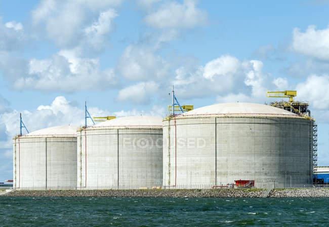 Enormes tanques de GNL ou gás natural liquefeito, no porto de Roterdão — Fotografia de Stock