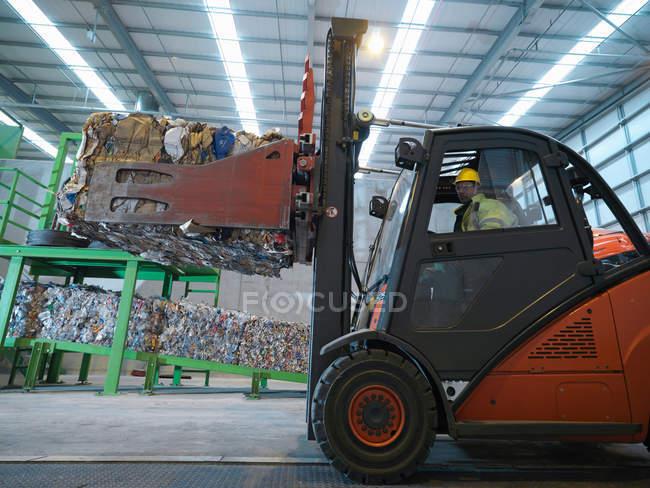 Carrello elevatore in impianto di riciclaggio — Foto stock
