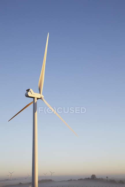 Ветряные турбины против голубого неба — стоковое фото