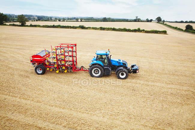Guida del trattore nel campo coltivato coltivato — Foto stock