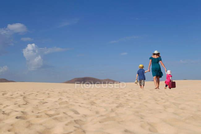 Famiglia che cammina insieme sulla spiaggia — Foto stock