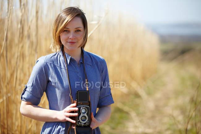 Close up retrato de jovem segurando câmera — Fotografia de Stock