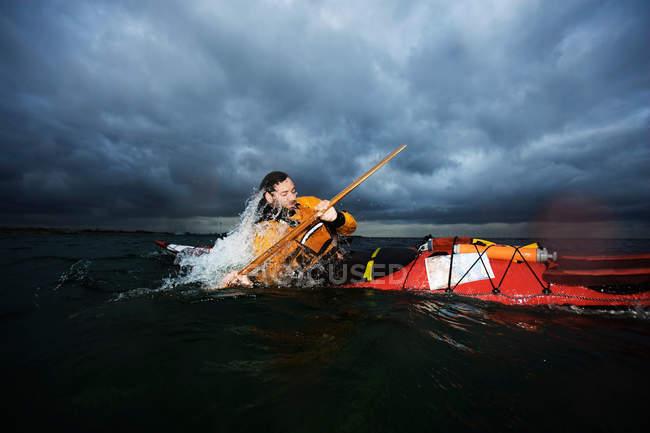 Homme en kayak tournant dans la mer — Photo de stock