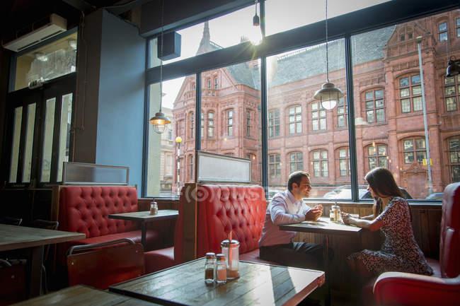 Пара, сидячи в ресторані Бут — стокове фото