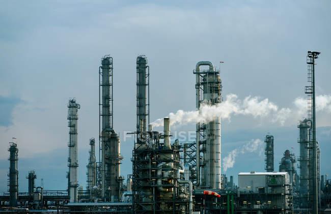 Инфраструктура химического завода — стоковое фото