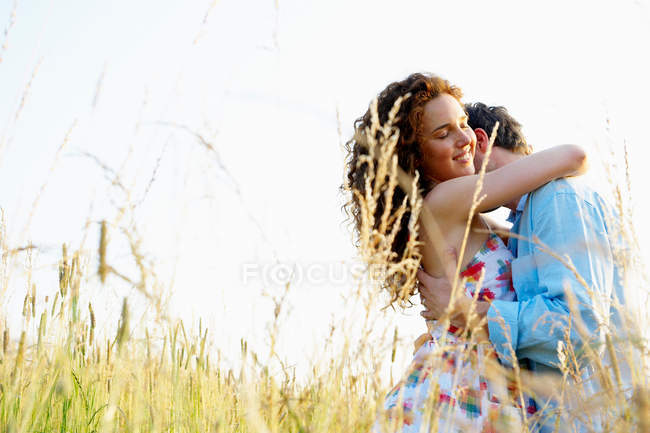 Couple kissing in a wheat field — Stock Photo
