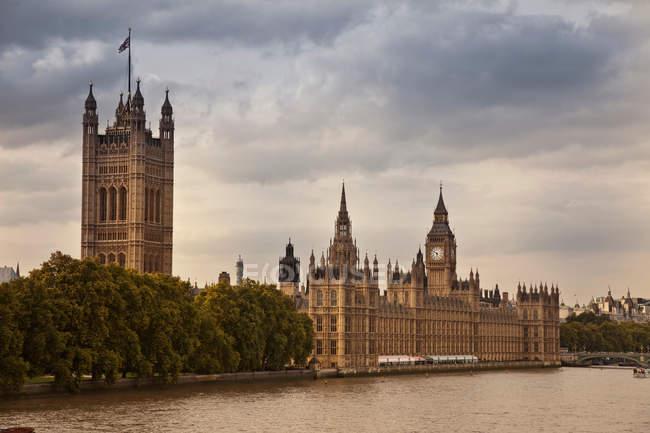 Skyline della città con le case del parlamento, Big Ben e fiume — Foto stock