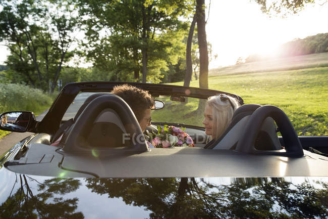 Mature couple in convertible car — Stock Photo