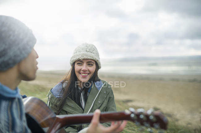 Jeune homme jouant guitare, Brean Sands, Somerset, Angleterre — Photo de stock