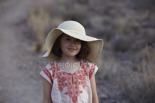 Retrato de niña en sombrero de sol, Almería, Andalucía, España - foto de stock