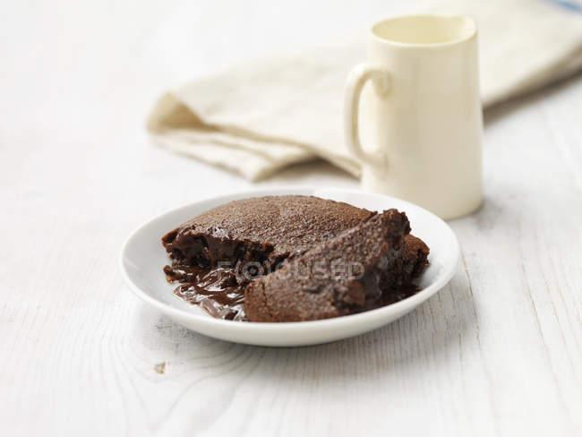 Chocolate quente com calda pudim na madeira branca lavada — Fotografia de Stock