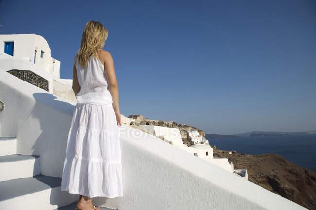 Rückansicht des junge weibliche Touristen, die den Blick auf Meer, Oia, Santorini, Kykladen, Griechenland — Stockfoto