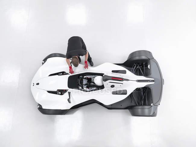 Инженер в обсуждении с гонщиком в суперкаре, вид сверху — стоковое фото