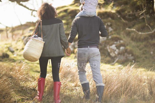 Взрослая пара на прогулке держась за руки — стоковое фото