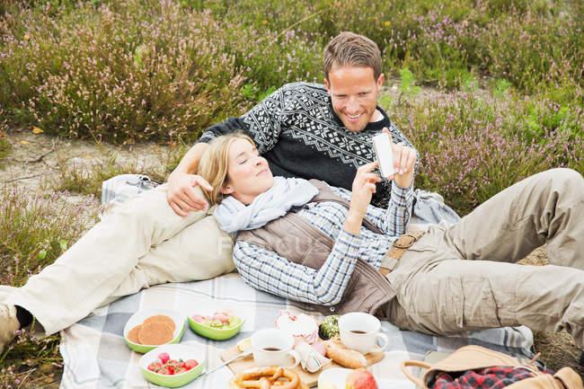 Mitte erwachsenes paar Picknick — Stockfoto
