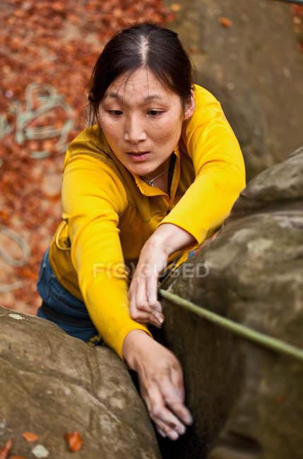 Frau Klettern auf Felsen — Stockfoto