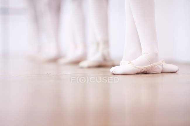 Teenage ballerinas feet poise — Stock Photo