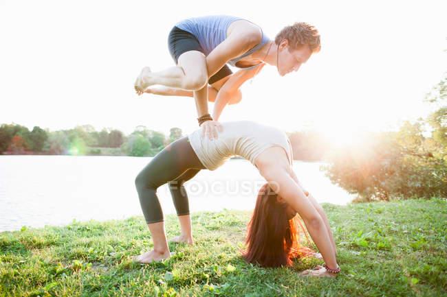 Couple practicing yoga in garden — Stock Photo