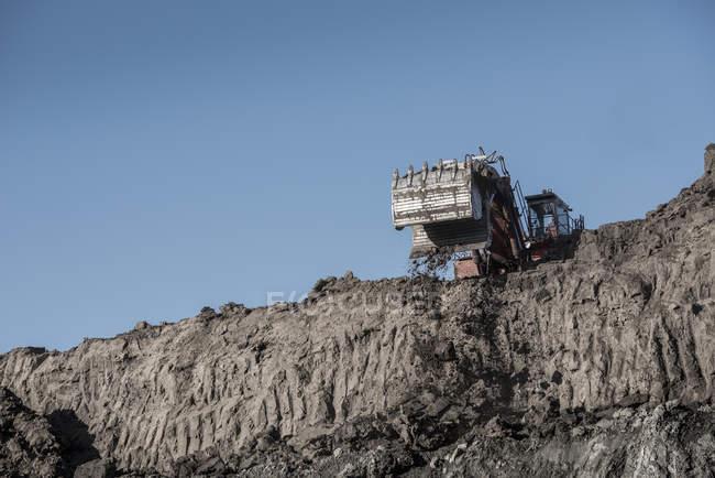 Excavatrice élimine les dépôts glaciaires à la mine de charbon de surface — Photo de stock