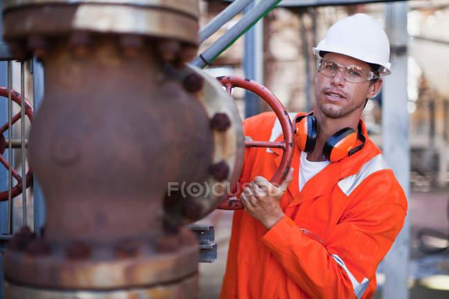 Jauge d'ajustement des travailleurs à la raffinerie de pétrole — Photo de stock