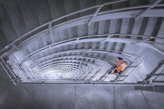 Trabajador en escalera de puente colgante, Humber Bridge, Reino Unido - foto de stock
