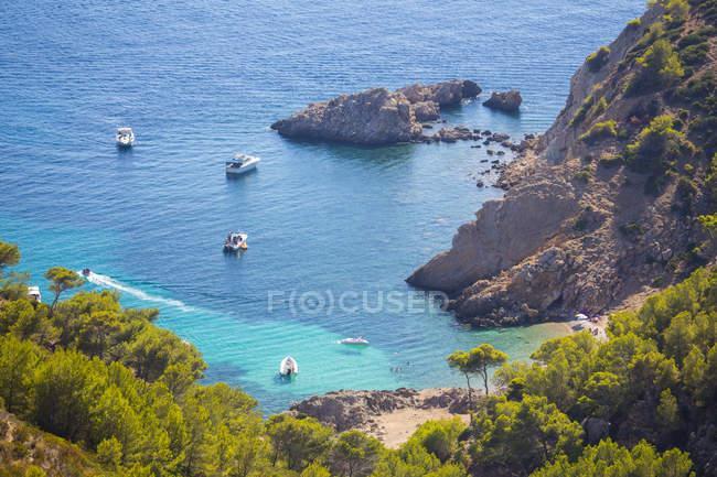 Vista elevata di yacht ancorati nella baia alla luce del sole — Foto stock