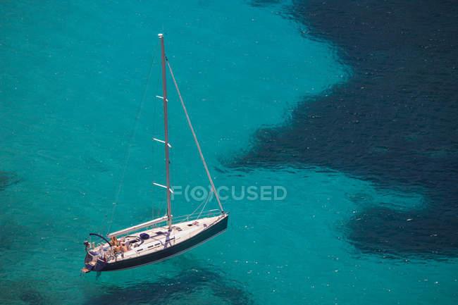 Blick auf die Yacht in türkisfarbenem Meer, Mallorca, Spanien — Stockfoto