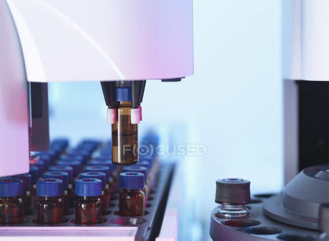 Chromatographie en phase gazeuse, qui sépare les flacons des mélanges complexes de composés en composants individuels — Photo de stock