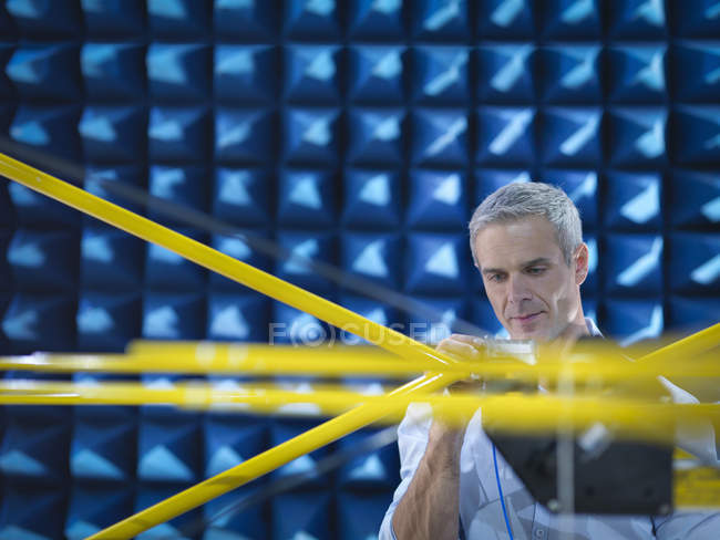 Ученый готовится к измерению электромагнитных волн в анехоической камере крупным планом — стоковое фото