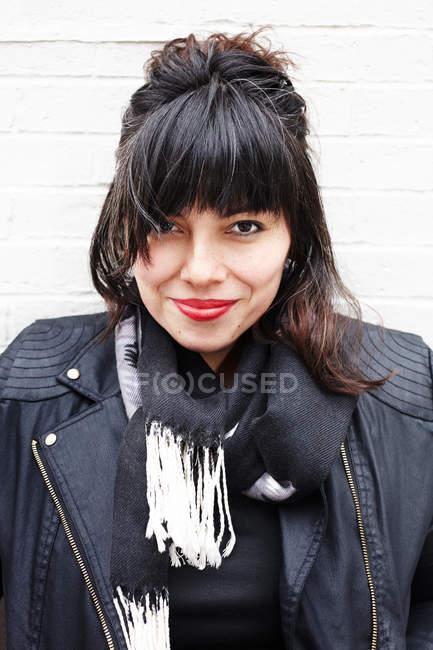 Retrato de uma mulher usando jaqueta de couro — Fotografia de Stock