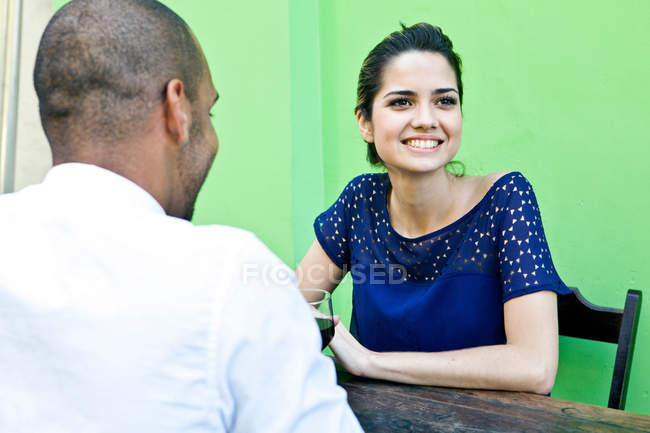 Couple sitting at outside cafe table — Stock Photo