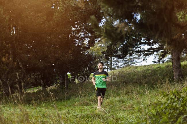 Молодой спортсмен бегает в парке — стоковое фото