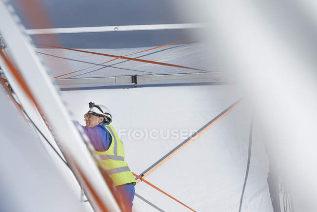 Сотрудник аварийно-спасательной группы возводит палаточный центр управления — стоковое фото