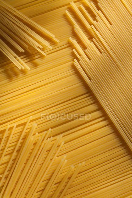 Gros plan de nouilles spaghetti sèches — Photo de stock