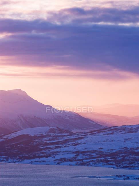 Pôr do sol cores paisagem através das montanhas — Fotografia de Stock